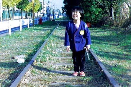 中神側線の軌道敷を歩く我が家の娘